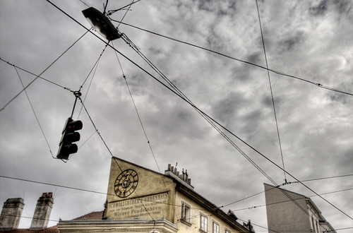 Clock and wires. Vienna. Reloj y cables. Viena