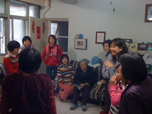 接下來到了王媽媽家,也就是寶玉姊家。大家輪流跟王媽媽說吉祥話,祝她生日快樂