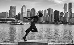A Rushing Place (AnyMotion) Tags: harryjerome sculpture skulptur skyline vancouver running fast movement bewegung architecture architektur 2016 anymotion travel reisen stanleypark britishcolumbia canada kanada bw blackandwhite sw