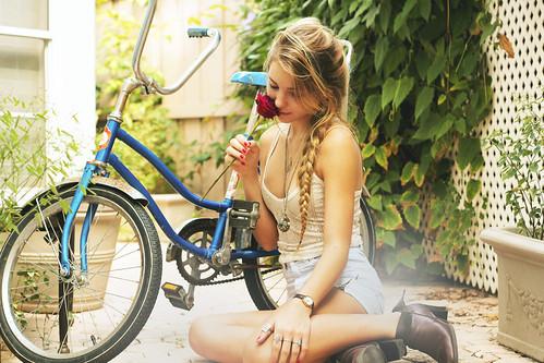 [フリー画像] 人物, 女性, 自転車, 薔薇・バラ, 201012020900