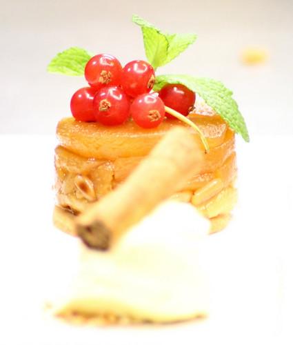 tatin tiepida di mele e pinoli tostati con gelato alla cannella