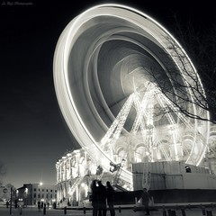 O (Le***Refs *PHOTOGRAPHIE*) Tags: lighting christmas longexposure light people bw white black night speed turn nikon silhouettes noel nb explore nimes frontpage foire granderoue manege roue nui d90 arenes feteforraine lerefs