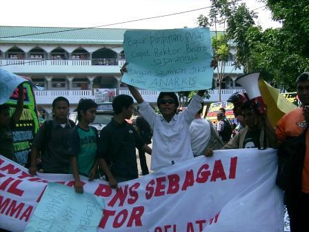5281672075 b75c1b1131 Aksi Keprihatinan Mahasiswa Tuntut Penyelesaian Atas Kebobrokan Kampus UMTS