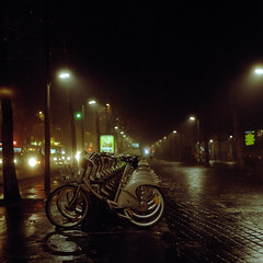 Garde  vous (philoufr) Tags: mist paris 6x6 bike night square nuit vlo lavillette brume yashicamat124g portedepantin vlib epsonperfectionv500photo carrfranais kodakportra8001600