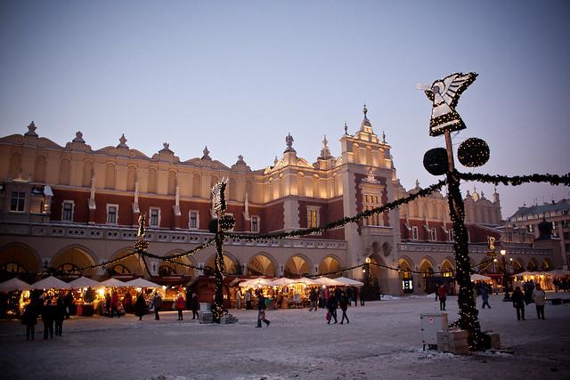 sukiennice krakowskie zimą