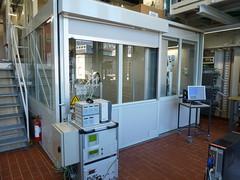 Die Versuchskammer mit dem Reaktor (links) und den Scheinwerfern (rechts, hinter dem Rolladen) (pppspics) Tags: schweiz switzerland solar zurich h2o heat zürich h2 reactor hydrogen eth co2 ceria ethz reaktor syngas wasserstoff aldosteinfeld philippfurler ceriumoxid synthesegas
