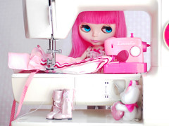 seeming seamstress (launshae) Tags: blythe ichigo heaven sewing machine seeming seamstress pink launshae