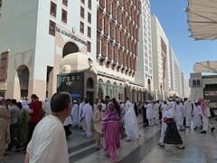 A la sortie du Haram Ennabaoui (Citizen59) Tags: grande december mosque saudi arabia medina haram masjid parvis 2010 decembre mosque mdina mesjid 1431 hadj arabie mdine saoudite ennabaoui hadjj