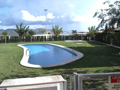 Piscina comunitaria. Solicite más información a su inmobiliaria de confianza en Benidorm  www.inmobiliariabenidorm.com