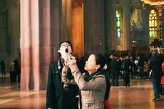 Badall o admiració? (patigallego) Tags: barcelona tourists sagradafamilia japoneses turistas japaneese sagradafamília bostezo turisme església badall iglésia reportaje turistes japonesos reportatge