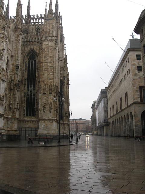 ミラノの大聖堂のある通りのフリー写真素材