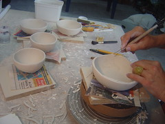 Pequenos bowls em porcelana (Beth Coe Maeda) Tags: ceramics potter pottery porcelaine rib rim rein porcelain rand bord cramique poterie porzellan kant alfarero bordo ceramist borda stecca borde potier alfareria porcellana ceramista vasellame skinne orlo keramiker topfer topferhandwerk lervarer pottemager nierenfomige porcelaen estque