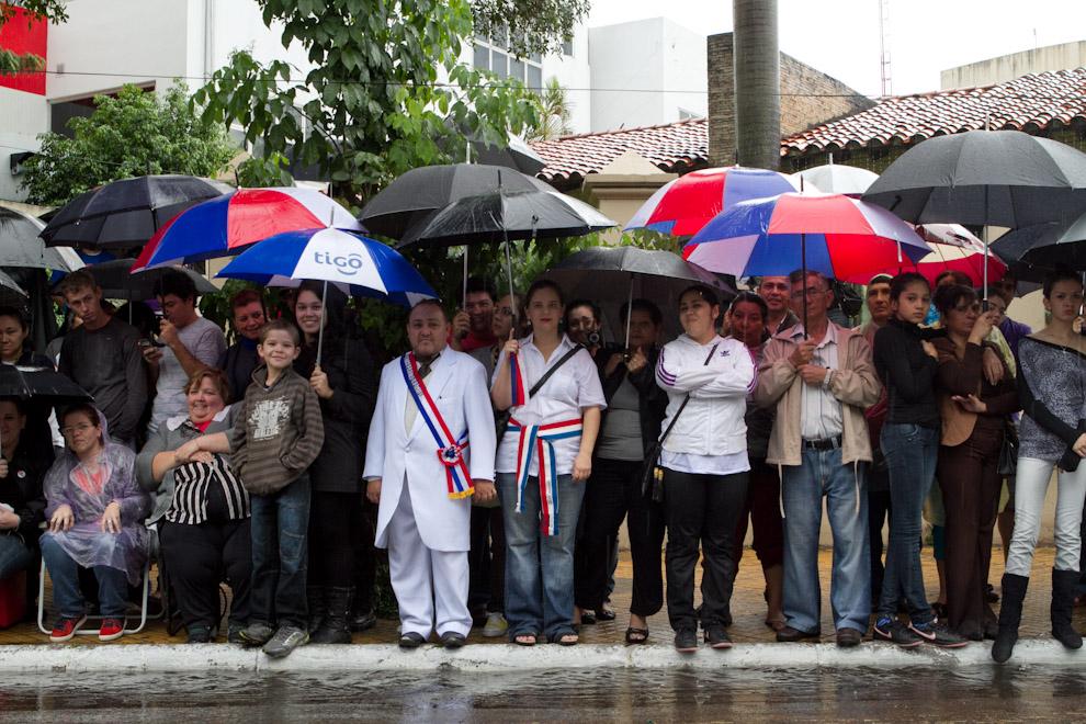 El público se volcó a las calles para observar el desfile, aún bajo la copiosa lluvia que caía el día sábado 14 de Mayo. (Tetsu Espósito - Asunción, Paraguay)