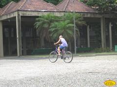 Veloz (Janos Graber) Tags: riodejaneiro garoto bicicleta diversão praça criança menino lido bairro rápido veloz coapcabana