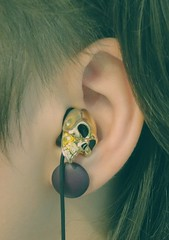 (Paty Ribas) Tags: girl fashion skull phone candy ear earing skullcandy sidecut undercut