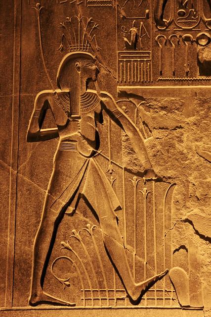 エジプト ルクソール神殿ライトアップ 壁のレリーフ