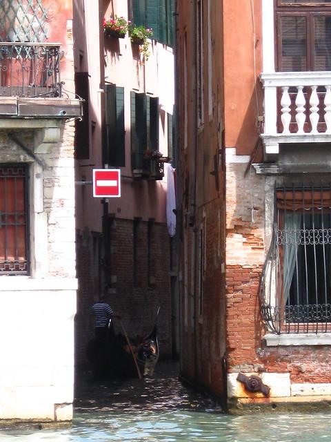 ヴェネツィアの水路と路地裏のフリー写真素材