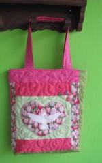 Ficou pronta e linda! (Joana Joaninha) Tags: pink quilt amor rosa quilting patchwork domingo tulipa capricho pa joanajoaninha hellennilce