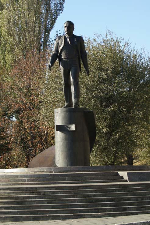Памятники гагарину в саратове китайский гранит памятники отзывы