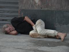 Mão no saco (Bruna . Brandão) Tags: cold homeless frio mendigo