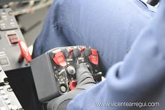 Mientras el piloto mantiene el vuelo estacionario y sigue las instrucciones del operador de grúa.
