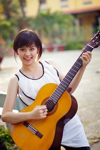 [フリー画像] 人物, 女性, アジア女性, 楽器, ギター, ベトナム人, 201104061500