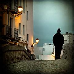 Empezando la noche (Inmacor) Tags: contraluz atardecer lumix calle panasonic explore tormenta caminar pasear silueta hombre castellón peñiscola ltytr2 ltytr1 ltytr3 ltytr4 inmacor consombrero