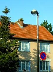 Impasse de l'Eglise (xavnco2) Tags: house france tree sign plaque casa streetlamp maison rue albero francia arbre panneau lampadaire lampione picardie somme glisy