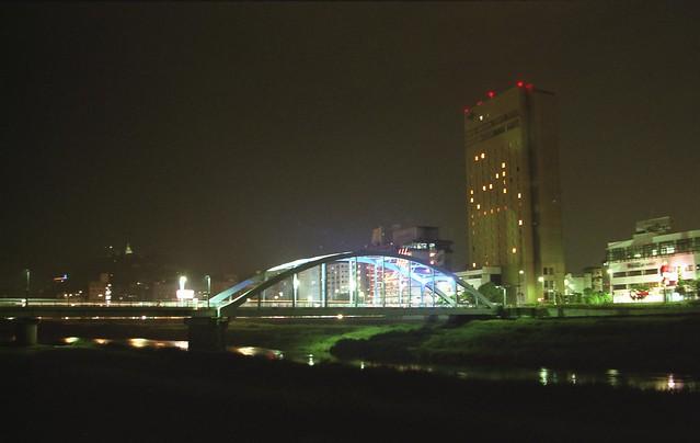 河川敷から見る夜景のフリー写真素材