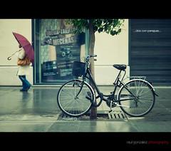 Dos con paraguas...