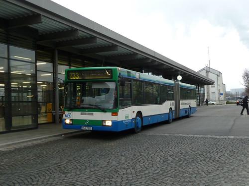 Der alte Gelenkbus bietet einen interessanten Kontrast zum Bahnhof Unterföhring