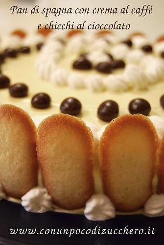 Pan di spagna con crema al caffè e chicchi al cioccolato
