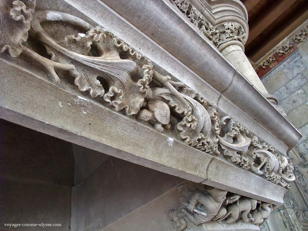 La tortue dans ce décor de cheminée est trop mignonne