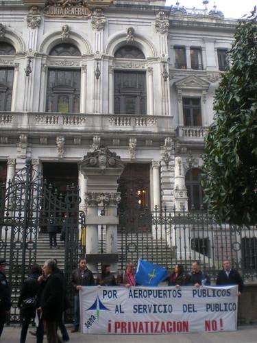 Trabajadores de AENA ante la Junta General del Principado de Asturias esta mañana