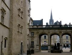 Pau (Pyrnes Atlantiques): l'entre du chteau (Marie-Hlne Cingal) Tags: france southwest castle 64 pau chteau sudouest henriiv aquitaine barn pyrnesatlantiques