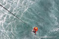 Nadador y rescatado son izados a bordo.