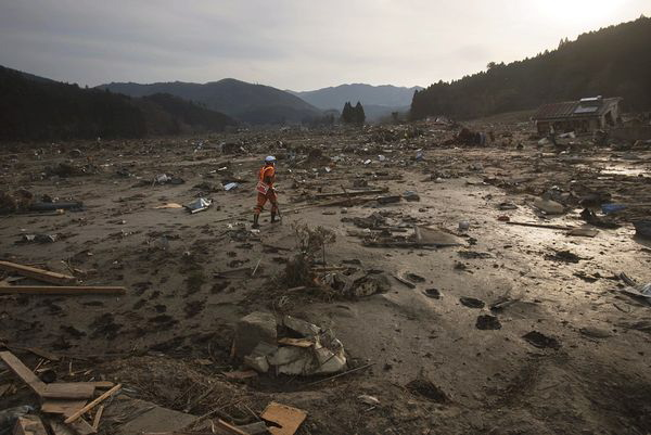 japan-earthquake-tsunami-nuclear-unforgettable-pictures-mud-plain_33283_600x450@640