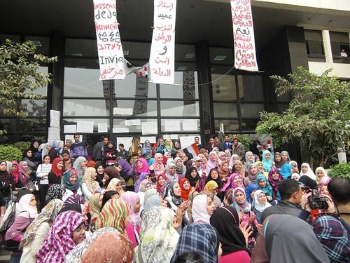 الطلبة رافضين عميد الحزب الوطني تصوير داليا العقاد