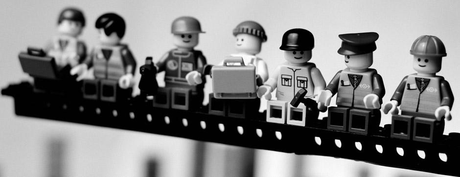Fotografía de unos LEGO simulando la clásica foto de los obreros de Charles Ebbets, Lunch atop a skyscraper