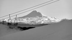 Meeting / Encuentro (Pajaro Post) Tags: patagonia llaima villarrica snowwwwwwwwwwww snow esqu esqudetravesa chile skilift chairlift aerosillas