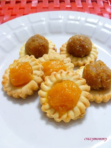 Peach tarts vs Pineapple tarts... The brighter ones are peach. They look distinctively nicer than the pineapple tarts. :)