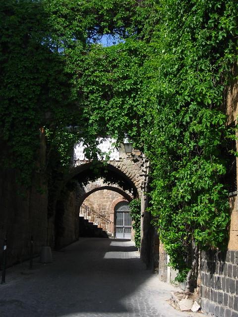 オルヴィエートの緑のある道のフリー写真素材