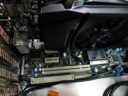 顯卡蓋住兩個 PCI-E插槽