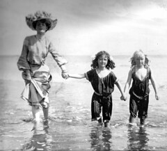 1900-back to the beach after bathing (april-mo) Tags: bathingbeauty bellepoque vintageillustration lillustration parisfashion fashionforwomen vintagefrenchmagazine bellepoqueillustration 1900sparisfashion 1900bathingbeauty childrenbathingcostume 1900childrenbathingcostume