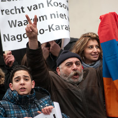 Karabach-demonstratie @ Den Haag (Richard Canten) Tags: portrait people holland netherlands girl nederland streetphotography police demonstration armenia portret thehague meisje demonstratie politie faon armenians straatfotografie pogroms karabach armeni       richardcanten            soemgait  amenirs