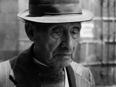 Cansancio (Gil Benitez Arriojas) Tags: blancoynegro gris calle retrato sombrero sabiduria anciano viejo hombre cansado experiencia cansancio expresin