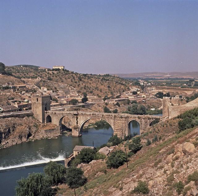Puente de San Martín en Toledo hacia 1967. Fotografía de John Fyfe