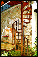 Espiral /Spiral (drlopezfranco) Tags: old stairs hotel guatemala colonial antigua espiral antiguo caracol escaleras dleyenda