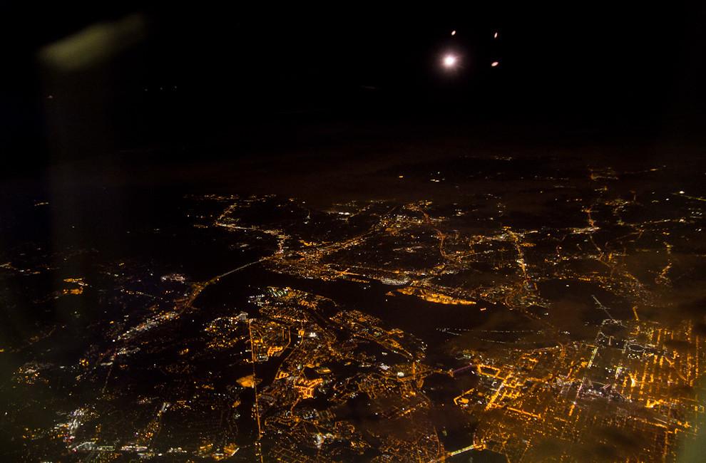 Las luces de la Ciudad de Washington me despiden de esta increíble travesía, mientras el avión se aleja del Aeropuerto de Dulles, rumbo a Buenos Aires. (Tetsu Espósito - Washington, Estados Unidos)