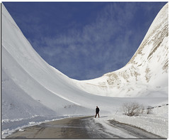 (Nespyxel) Tags: street blue winter sky white mountain snow man walking landscape strada alone curves cielo solo u neve curve inverno nespyxel stefanoscarselli saariysqualitypictures